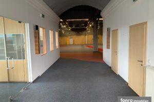 Schauraum mit angrenzenden Büroräumen